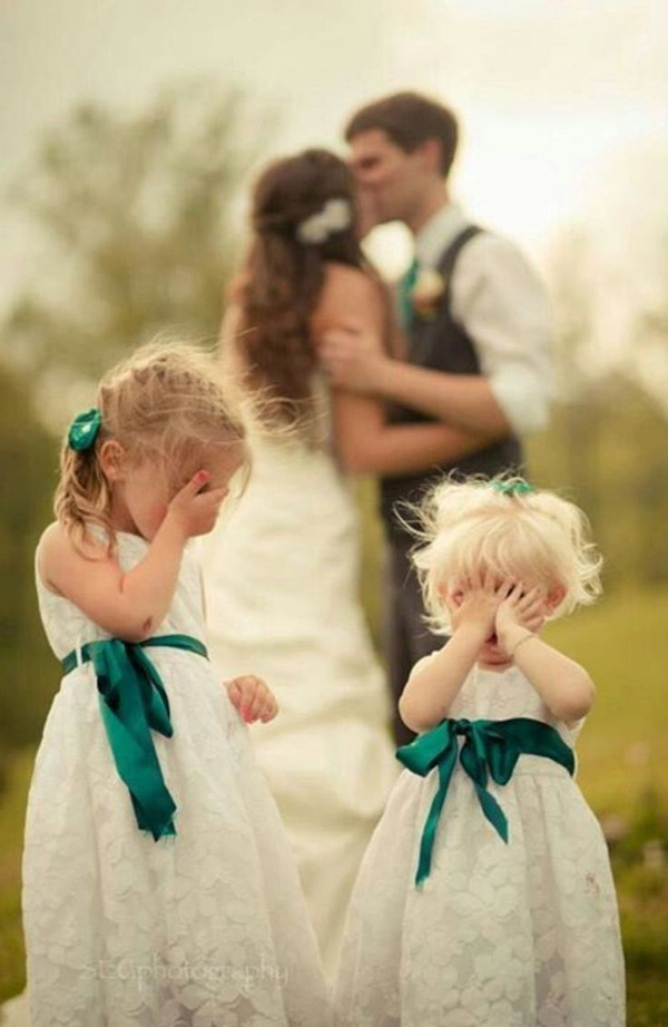 funny wedding photo ideas with the flower girls