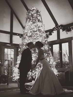 romantic wedding photo ideas in front of a christmas tree