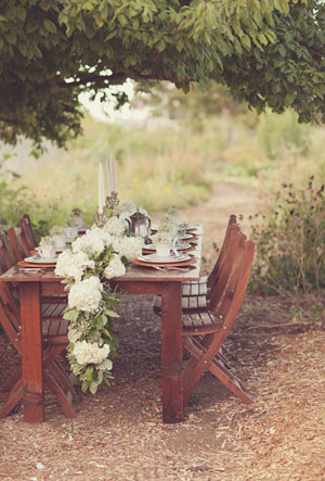 white floral table runner ideas for woodland weddings