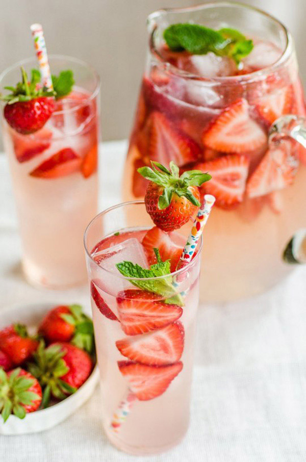 featured cocktail recipe for weddings-strawberry gin smash