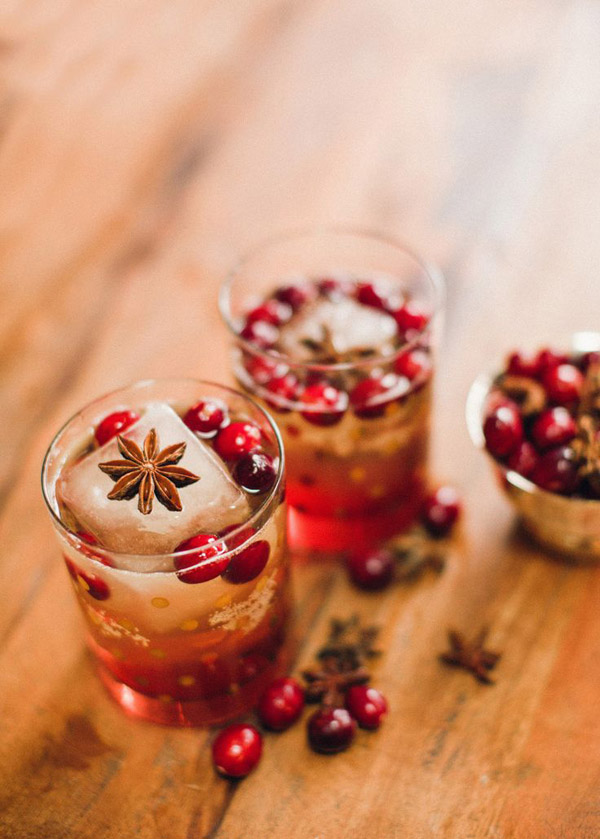 gorgeous and yummy cranberry bourbon fizz summer wedding drinks