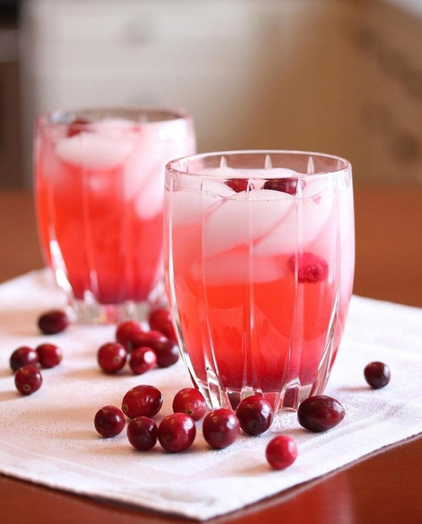 yummy cranberry vodka spritzer for weddings