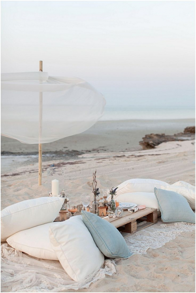comfortable beach wedding pillow seating ideas