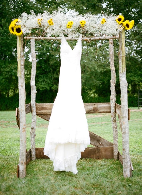 super cute wedding alter decorated withsunflower and baby's breath
