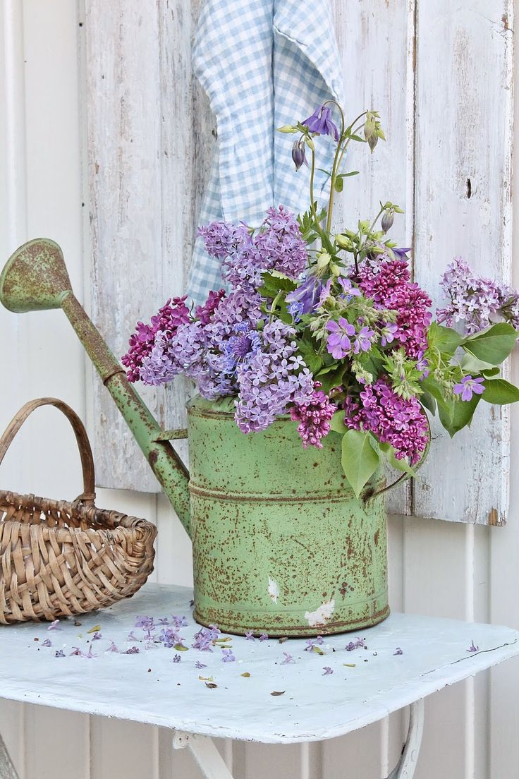 beautiful watering can with lilacs rustic wedding decor ideas