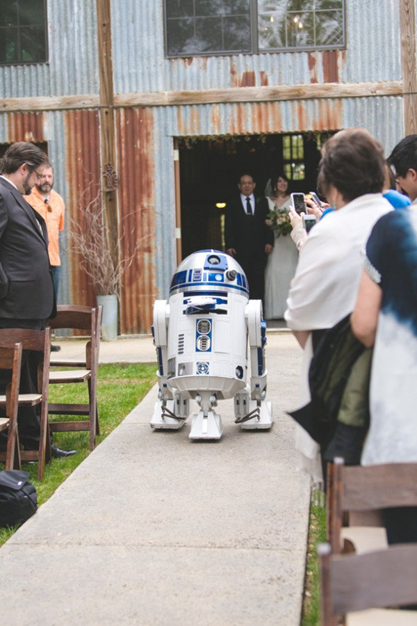 wonderful star wars themed wedding ideas to use D2R2 robot as ring bearer