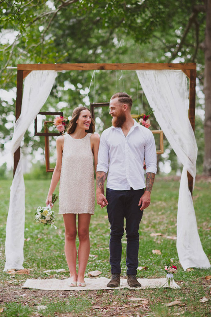25 chic and easy rustic wedding arch ideas for diy brides for Simple wedding dress for outdoor wedding