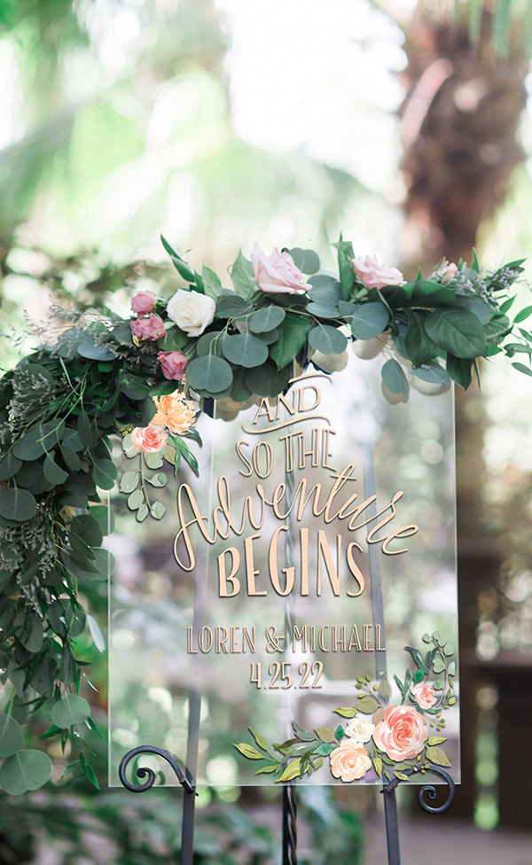 clear aceylic glass look wedding sign ideas for modern weddings