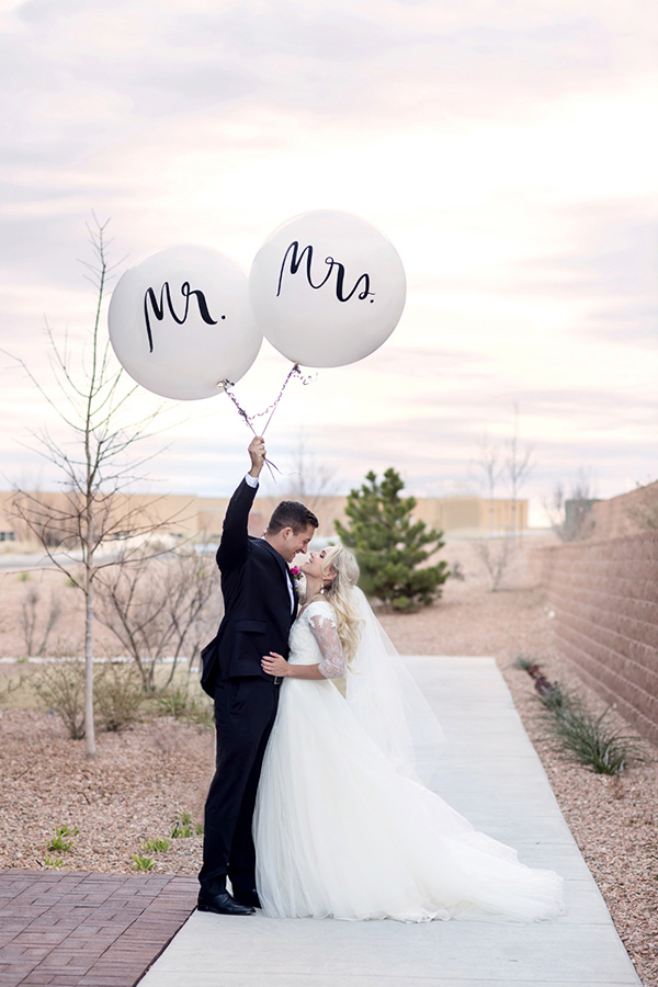 sweet and romantic wedding photos with balloons