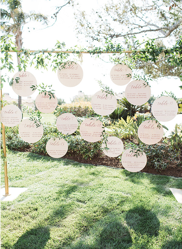 Cool outdoor wedding seating plan display ideas