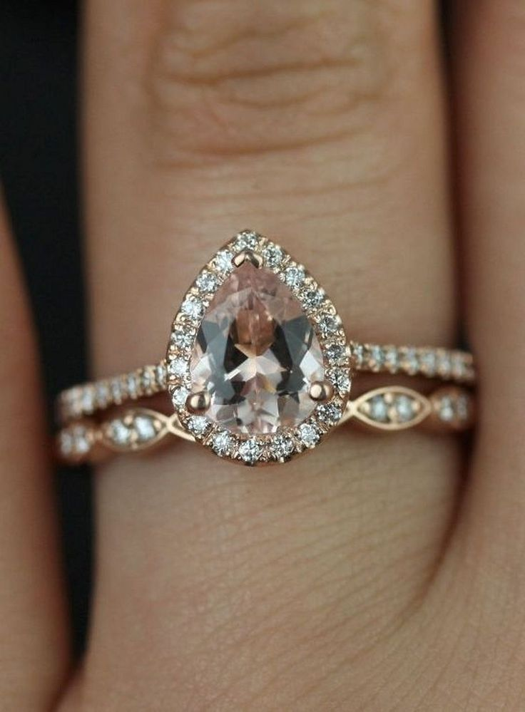 Pear shaped diamond engagement ring with wedding band