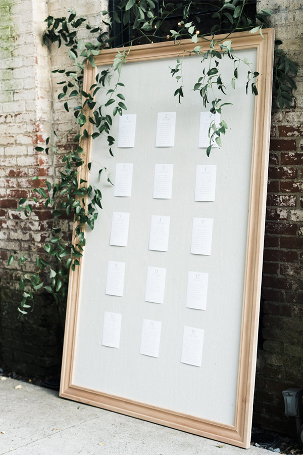 Pretty simple wedding seating chart board idea for minimalist weddings