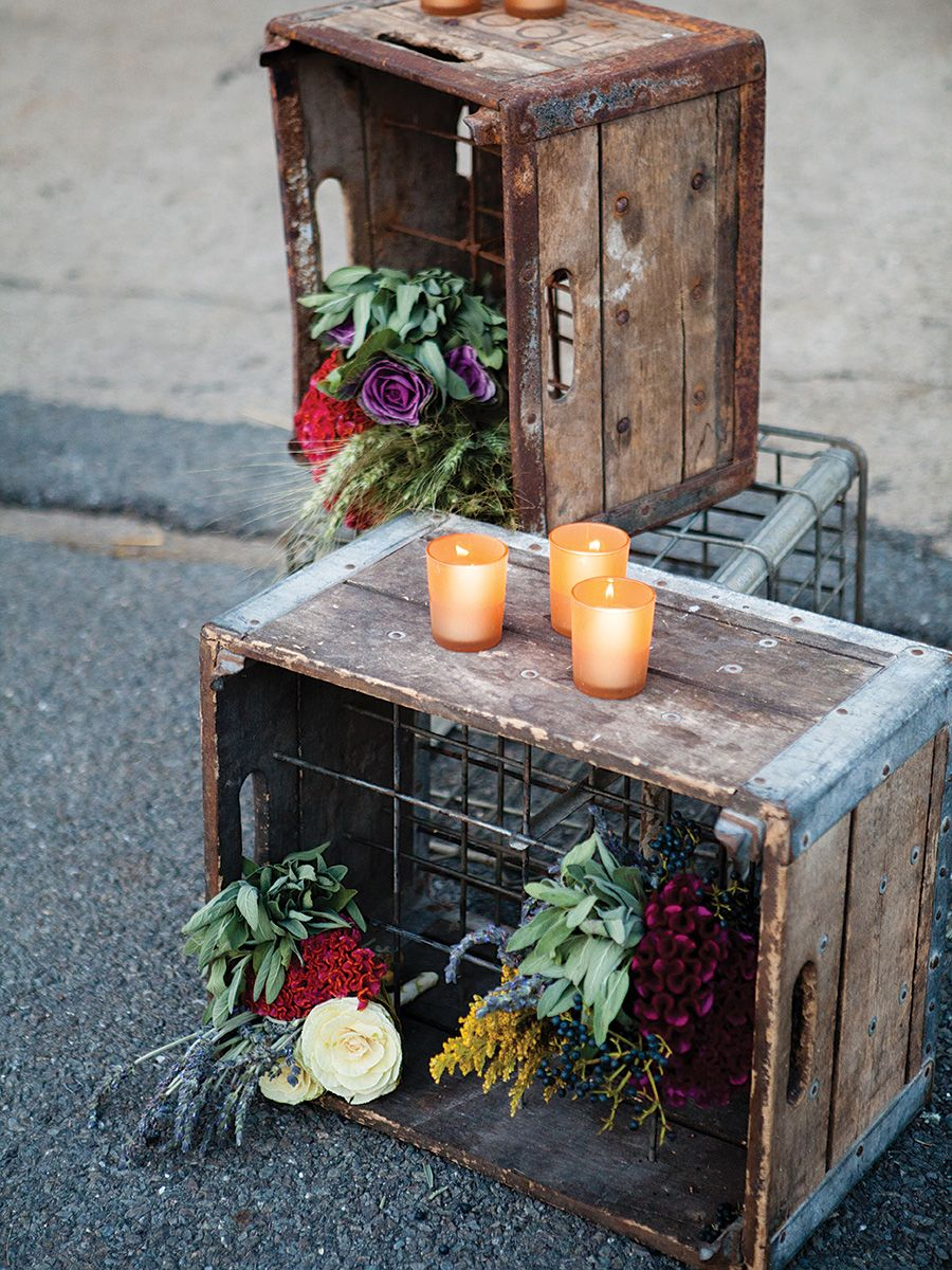 chic way to use rustic crate and flowers for your wedding decoration