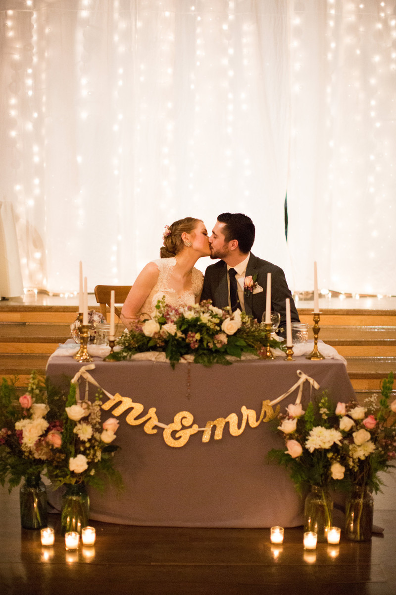 romantic wedding table ideas with candlelights and string lights backdrop