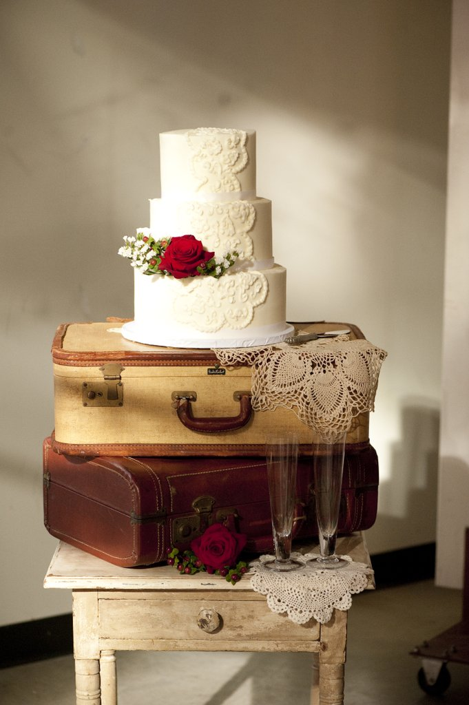 vintage luggage wedding cake stand ideas