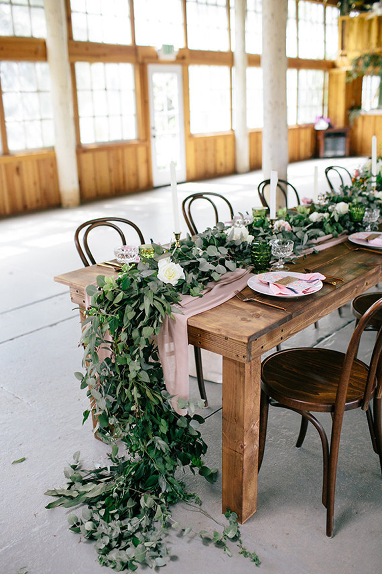 oragnic long greenery garland and dusty fabric wedding centerpieces ideas