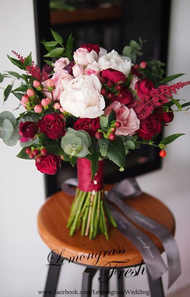red and blush greenery garden wedding bouquets ideas