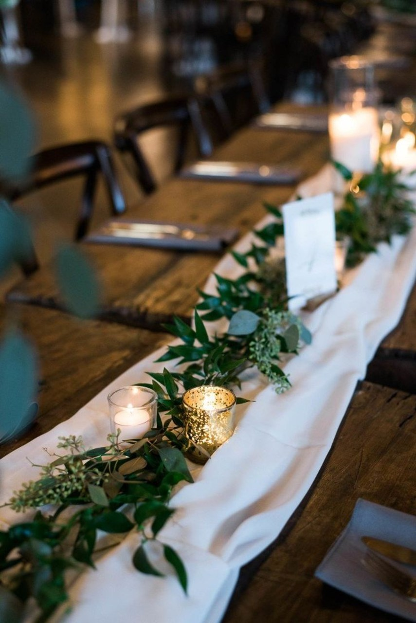 classic green and white winter wedding table ideas