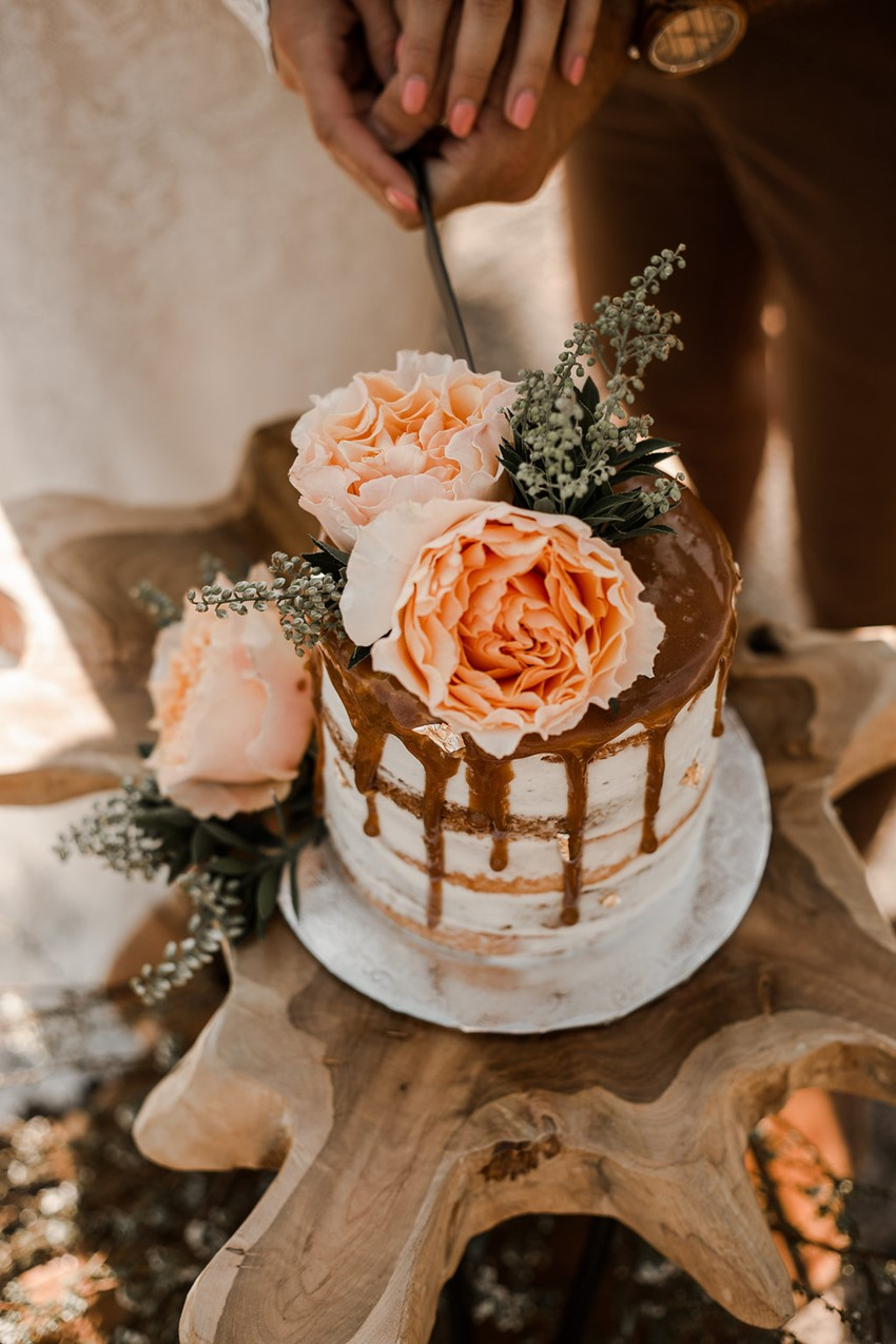 fall desert elopement wedding ideas for drizzle wedding cake
