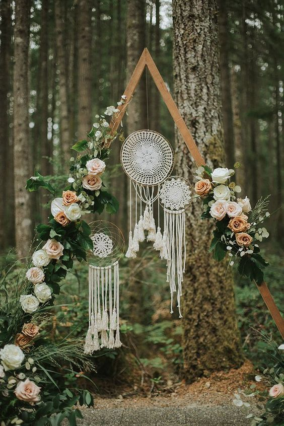 DIY outdoor wedding arches with dream cathers and flower decorations for fall boho weddings