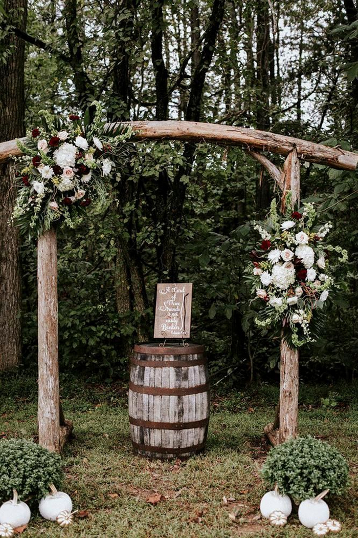 burgundy and white floral fall wedding ideas with wooden
