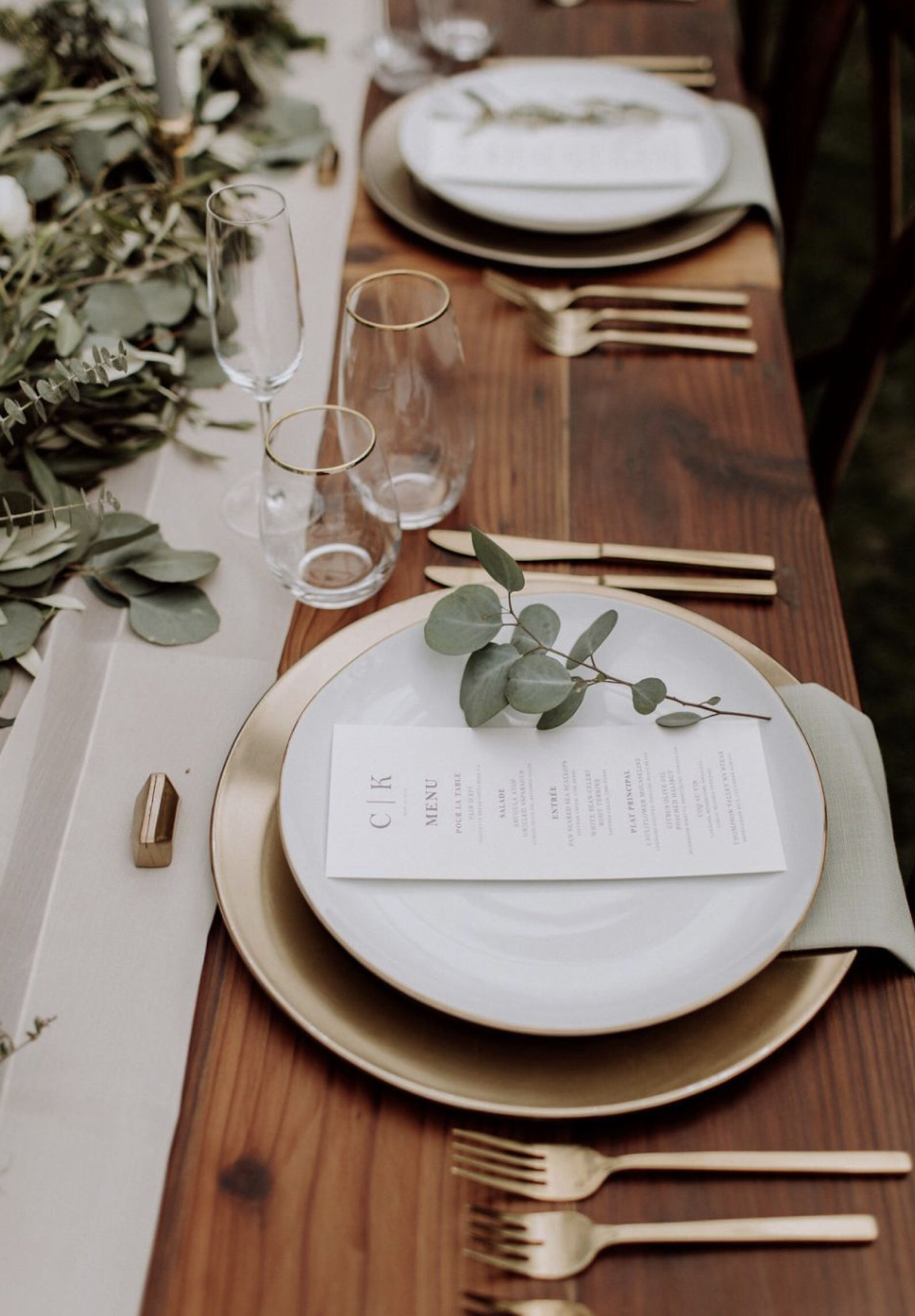 simple and stylish sage green wedding table ideas