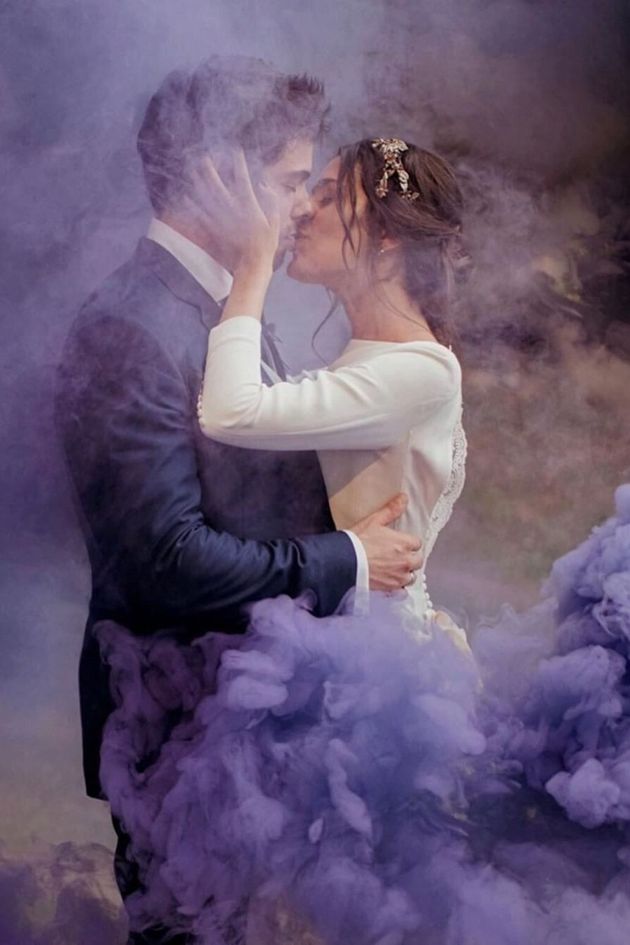 stunning wedding photo ideas with purple smoke bombs