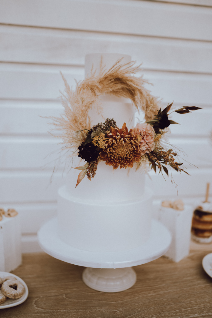stylish wedding cake with pampas grass for the boho brides