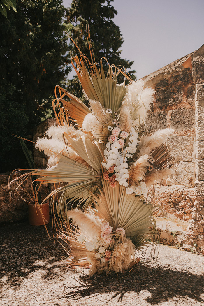 unique dried flowers, palm and pampass decoration ideas for boho elopment weddings
