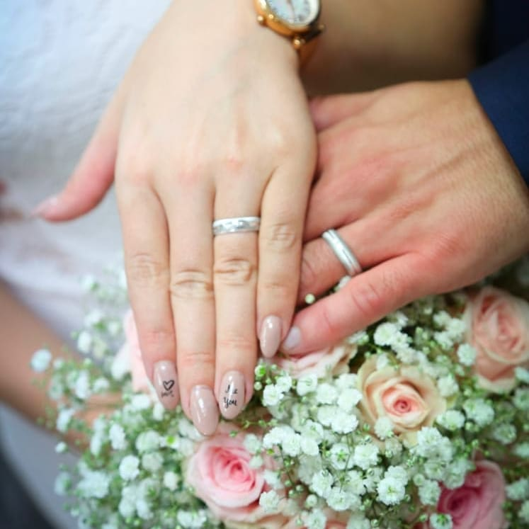 natural bridal wedding nails looks with floral design