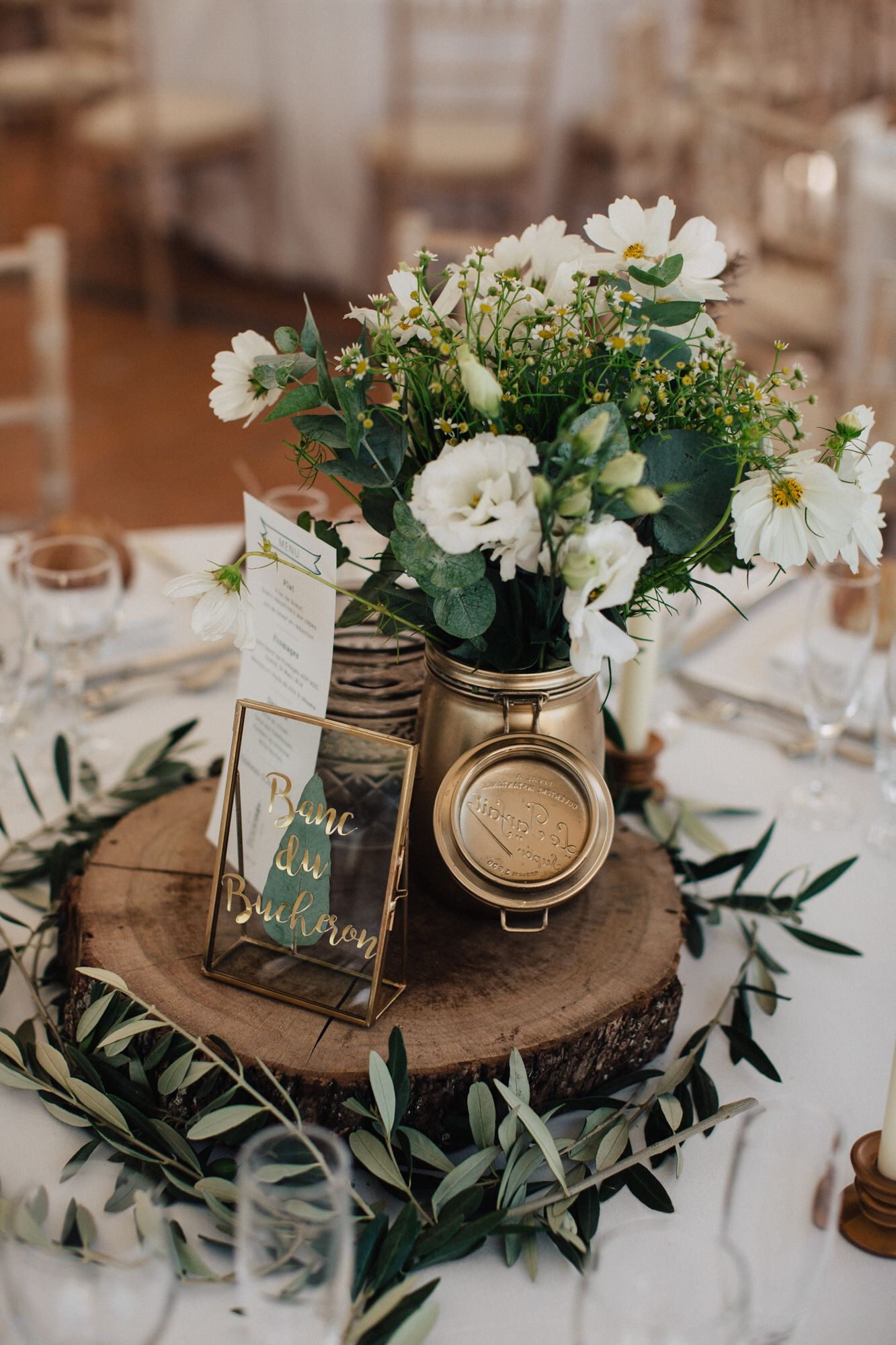 budget-friendly rustic witner wedding table settings.