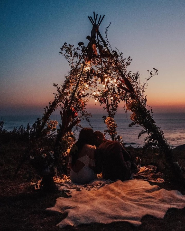 romantic honeymoon pics with wooden tent at seaside