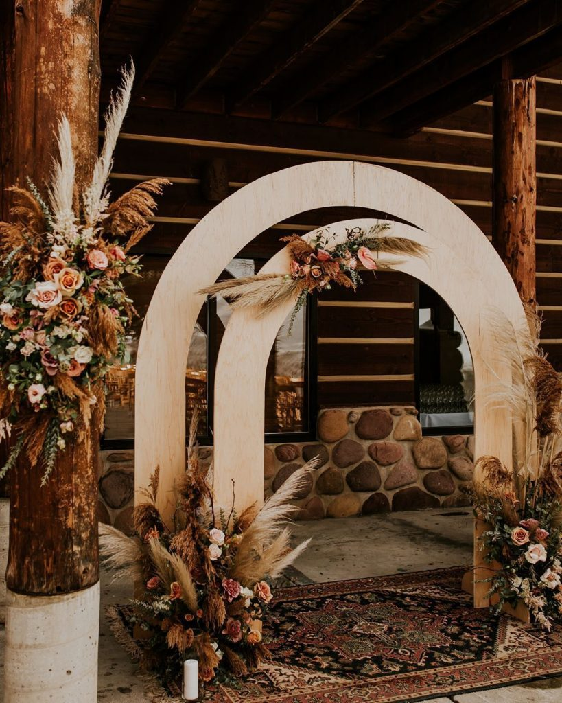 super cool wedding arch backdrop for a minimalist wedding