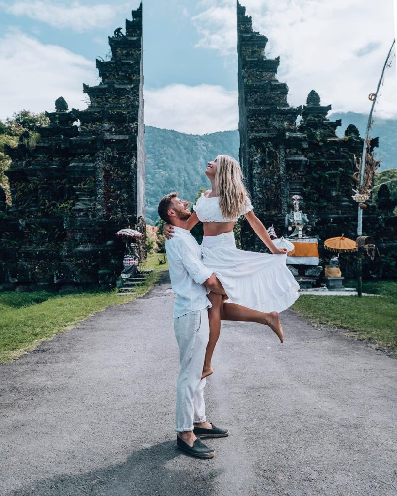 sweet couple honeymoon photos at the Balinese gate