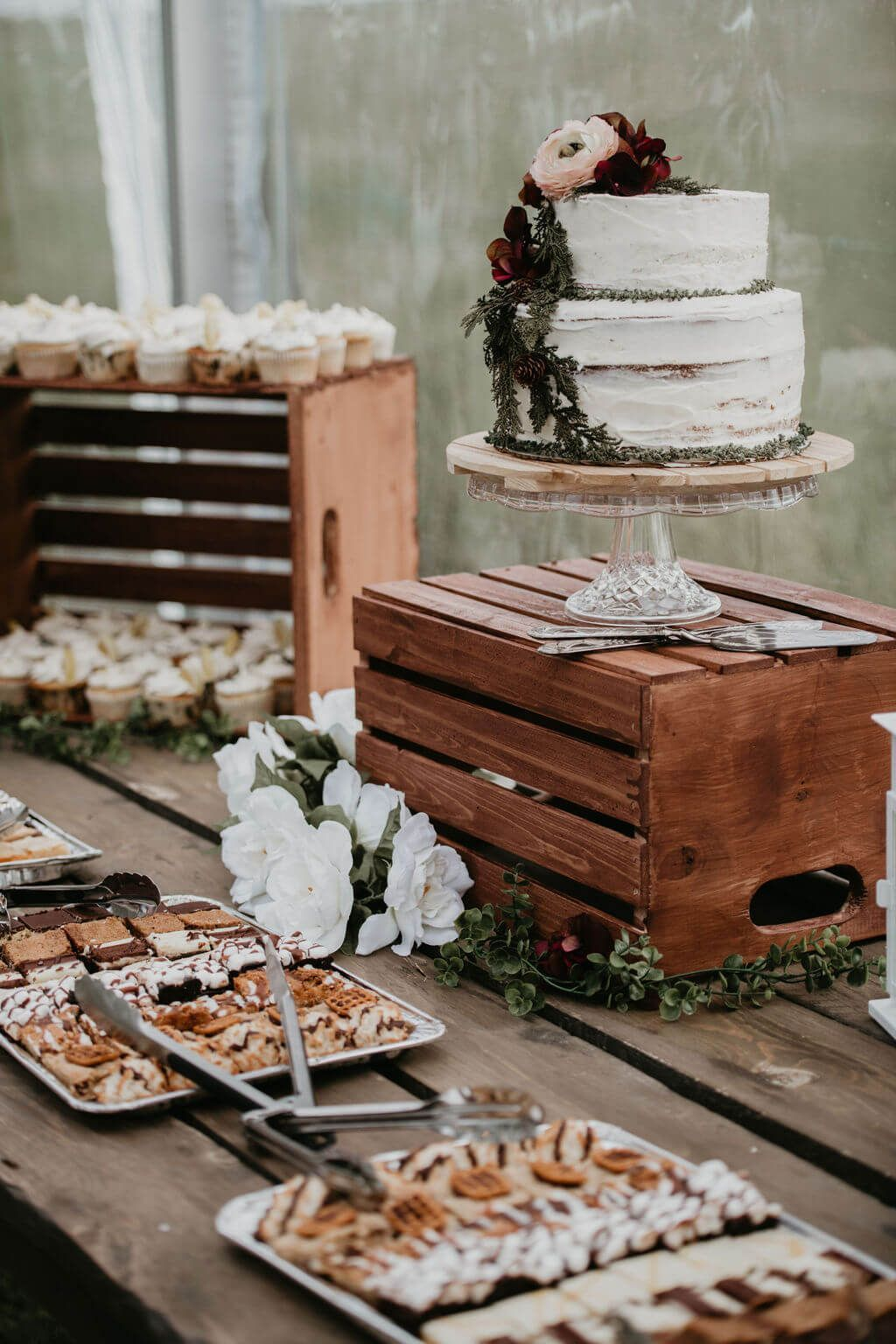 wedding cake display ideas with wood crate