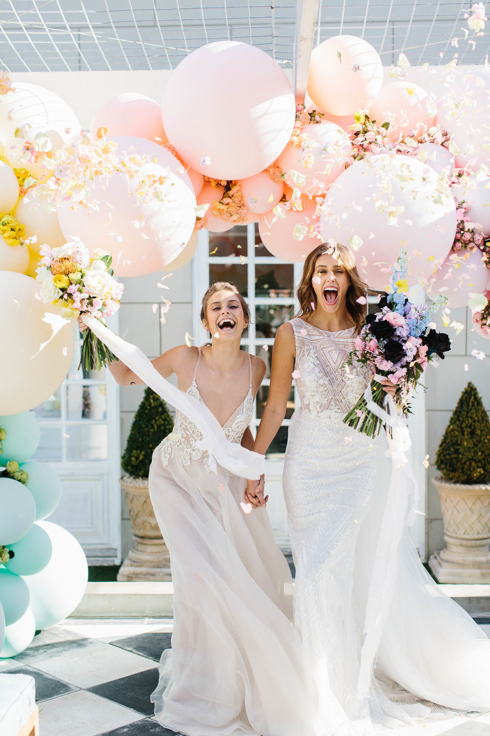 sweet wedding photos with balloons