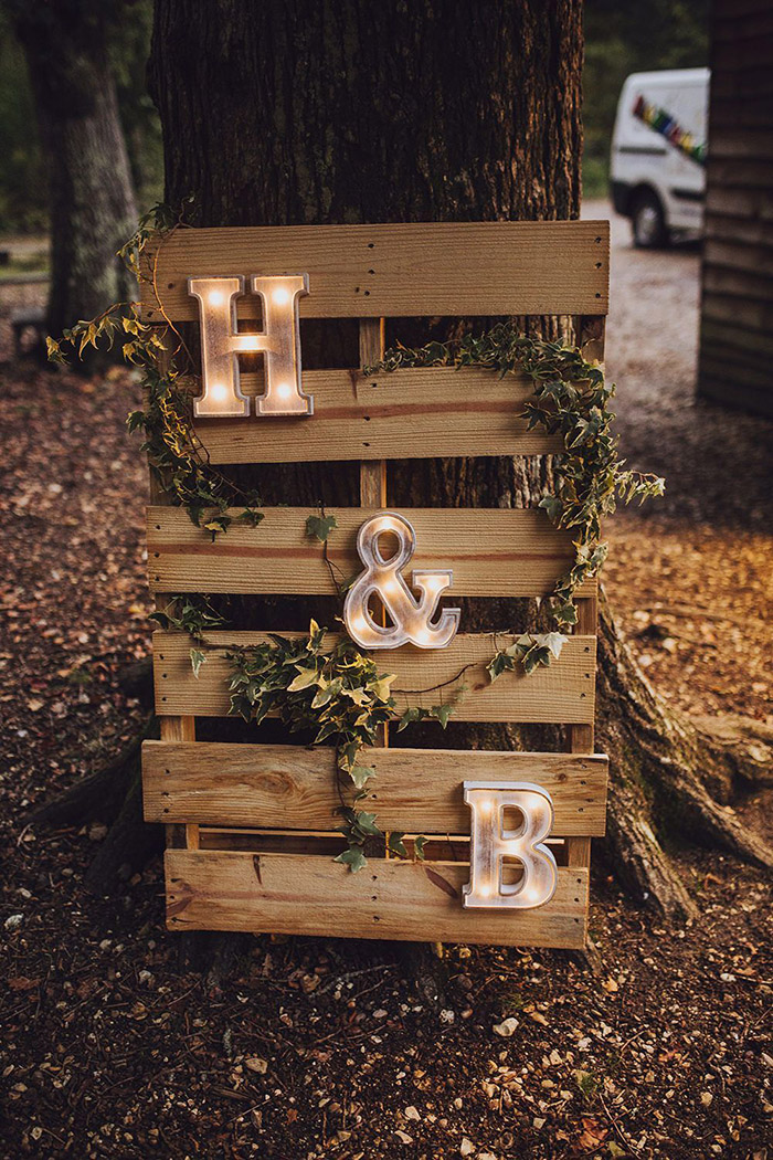 DIY lighted letter and wooden pallet rustic wedding sign board