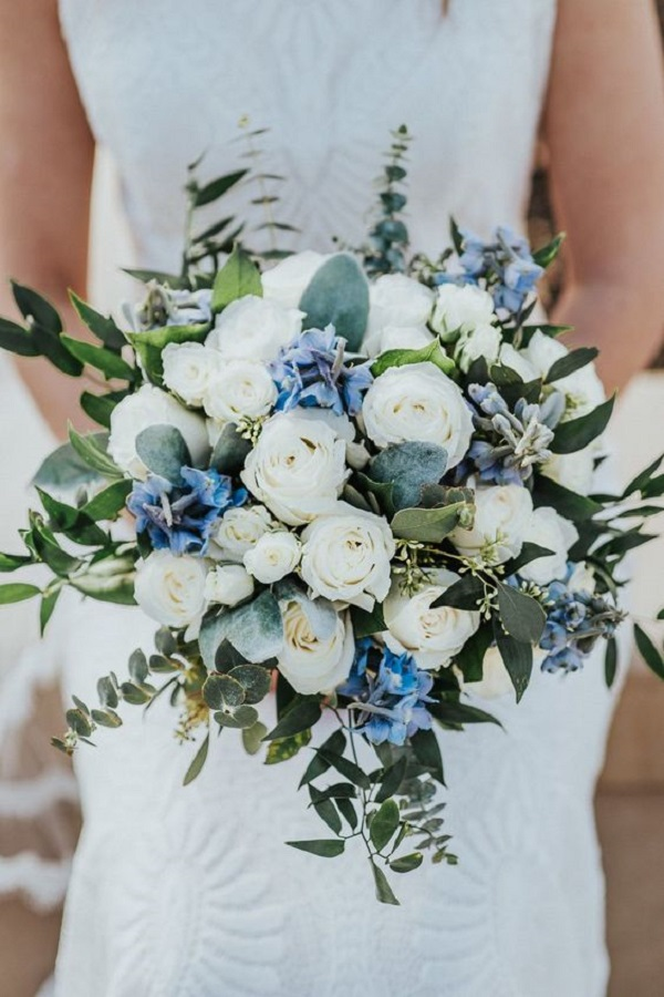 classic blue and white bouquet idea for 2022 winter wedding
